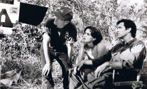 Director Martin Campbell (l.), Izabella Scorupco (m.) and Pierce Brosnan